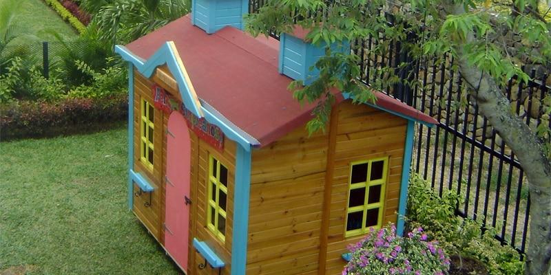 casita de madera y de muñecas
