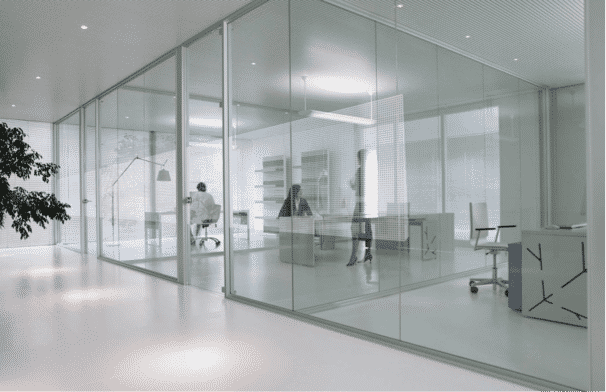 oficina con cristales, amplia y limpia