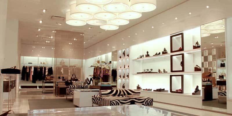 Luces sorprendentes en una tienda de ropa y zapatos