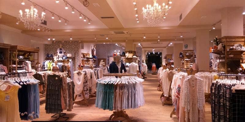 Interior de una tienda de ropa como Florencia Shop